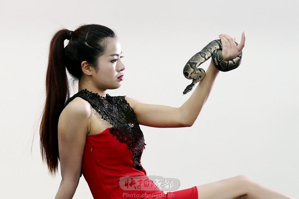 美女与蟒蛇 by 拍客cyh6688