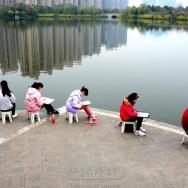 湖边写生的孩...