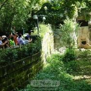 游客看国宝