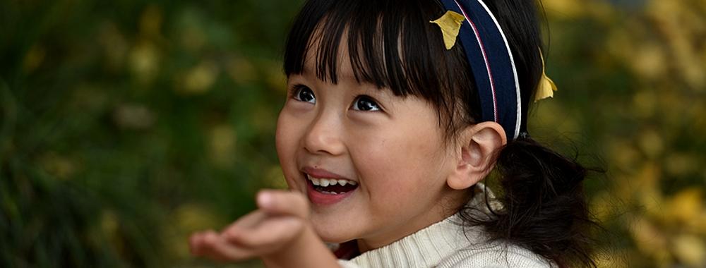 银杏树下的小女孩